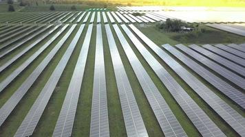 Luftaufnahme, die über einem Sonnenkollektor-Bauernhof bei Sonnenaufgang fliegt video