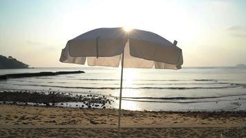 guarda-sol na praia video