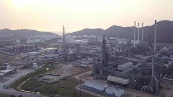 luchtfoto van grote olieraffinaderijfaciliteiten