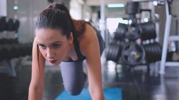 mulher se exercitando na academia