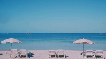 Baleareninsel Formentera Sonnenliegen am Strand gestapelt