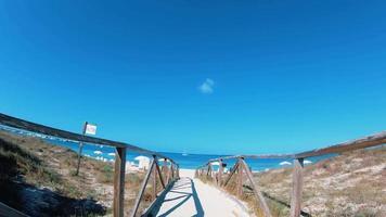camino de madera a la playa en las islas baleares, formentera. video