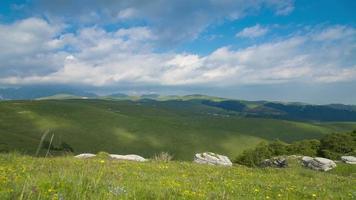 pannen over berglandschap met heuvels en wolken