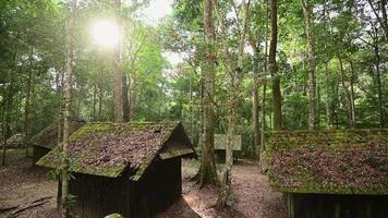 velhas casas de cabana e sol forte