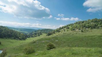 paisaje de montaña con colinas y nubes video
