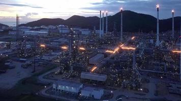 conceito futurista de inteligência artificial inteligente. complexo de refinaria de petróleo
