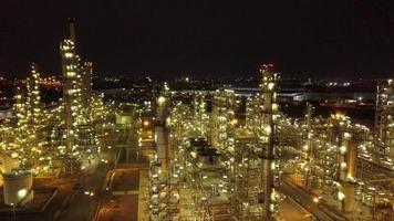 tiro aéreo noturno de tanques de petróleo em uma refinaria video