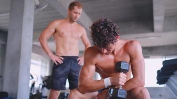dois homens treinando juntos em uma academia