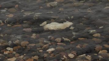 piedras en el fondo del mar en la playa