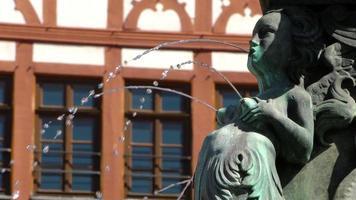 escultura de fonte feminina video