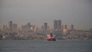 navio-tanque vermelho passando pelo Bósforo de Istambul