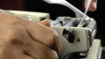adicionar papel à máquina de escrever video
