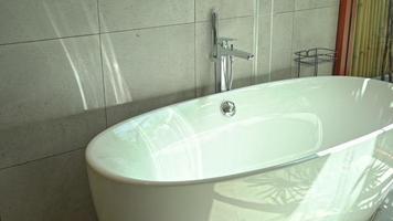 witte lege badkuip in badkamer interieur