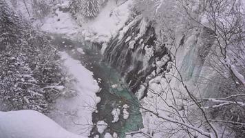 cachoeira shirahige com neve no inverno, japão.