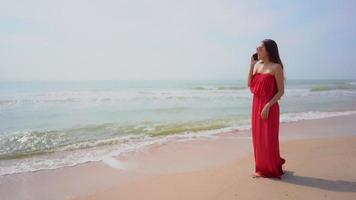 mujer hablando por telefono en la playa