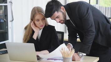 empresários profissionais trabalhando em um escritório video