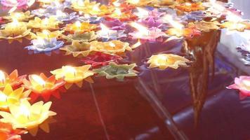 vela flutuante em templo tailandês para boa sorte