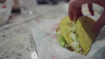 dando un bocado a un taco video