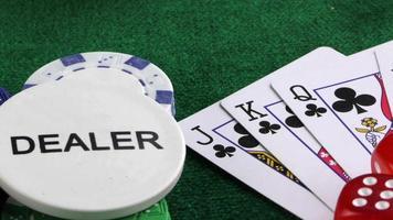 distribuidor de juegos de azar y las cartas de póquer en la mesa verde video