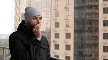 Kerl raucht eine Zigarette
