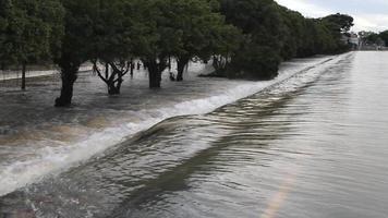 água flui agressivamente sobre a estrada