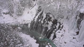 cachoeira shirahige congelada no inverno video