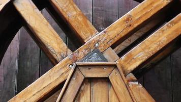 moinho de água de madeira