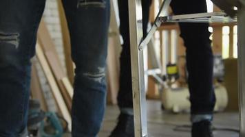 Zimmermann, der ein Holzbrett sägt