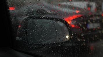 chuva no trânsito em câmera lenta video