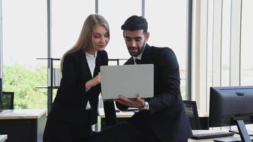 empresarios discutiendo en el lugar de trabajo