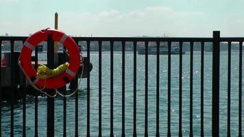 bóia salva-vidas e o mar