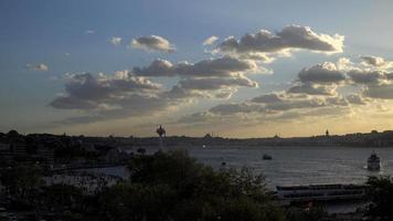 a praça uskudar e o bósforo de Istambul de uma colina video