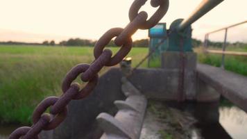 puesta de sol panorámica a través de una cadena oxidada