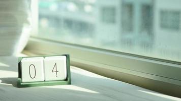 Cambio de mano calendario de madera blanca de 4 a 5