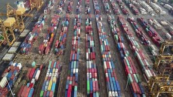 porto comercial exportar e importar mercadorias e milhares de contêineres video