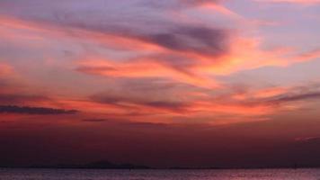 coucher de soleil rouge foncé sur la mer sombre
