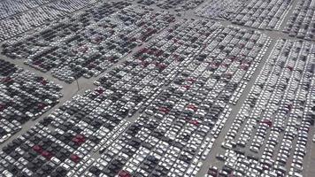 vista aérea do centro de distribuição de carros novos no porto.