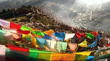 vista de cima do mosteiro larung gar buddhist, tibet, china video