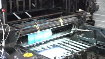 vieja máquina de impresión trabajando video