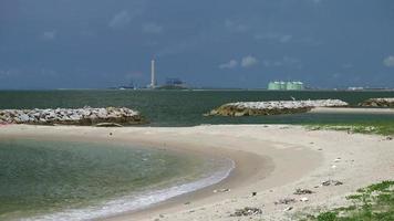 playa y planta de energía