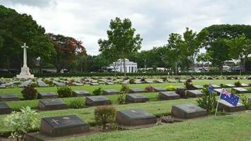 cementerio de guerra, puente sobre la tumba del ferrocarril de la muerte del río kwai