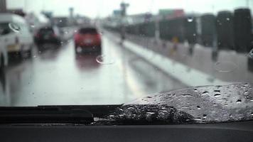 limpadores de pára-brisa em câmera lenta e gotas de chuva. video