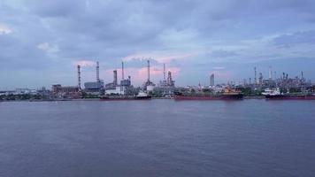 olieraffinaderij in schemering