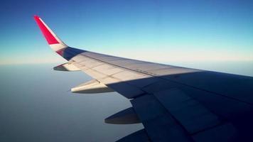 Blick auf das Flugzeugfenster über der Stadt video
