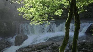 cámara lenta de una cascada con rayo de sol video