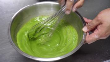 extrato de folhas de pandan batendo à mão video