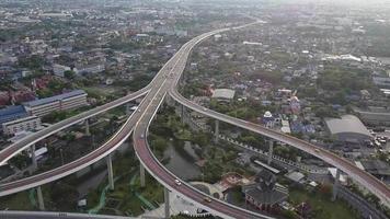 Cruce de transporte urbano de paso elevado video