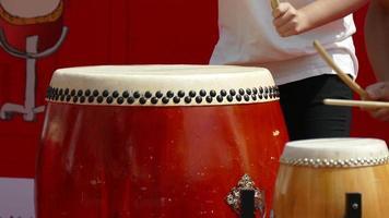 golpeando un tambor