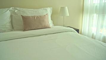 travesseiros na cama decoração interior do quarto video