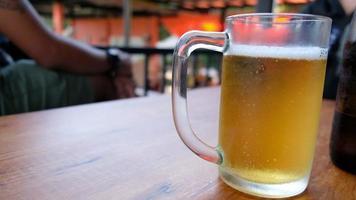 vaso de cerveza en frente del restaurante